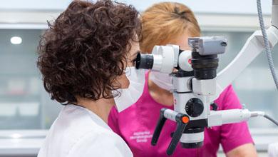 Specjalista przy mikroskopie